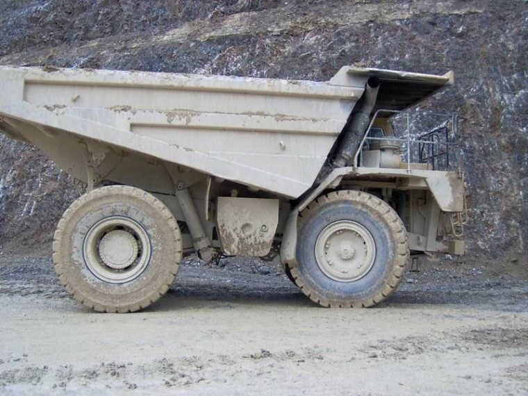 Right Side 1995 Caterpillar 775B Mining Truck Picture
