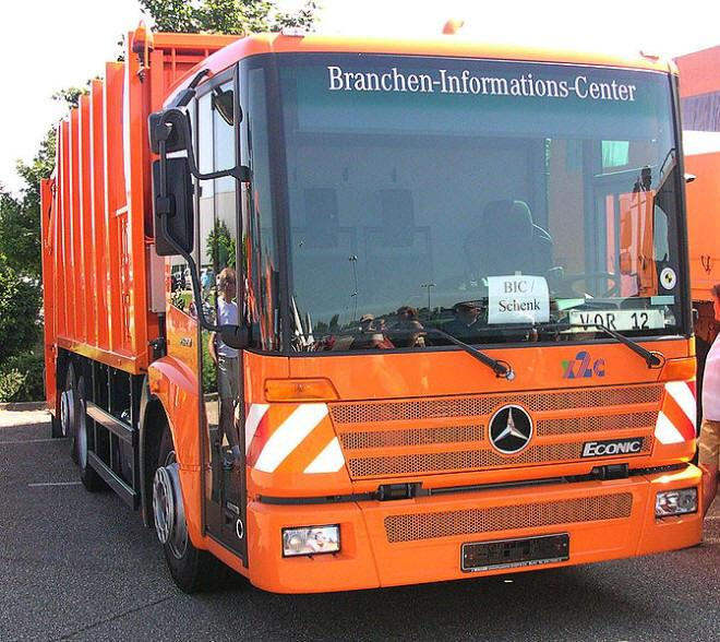 Front Right Mercedes-Benz Econic Mullwagen Truck Picture