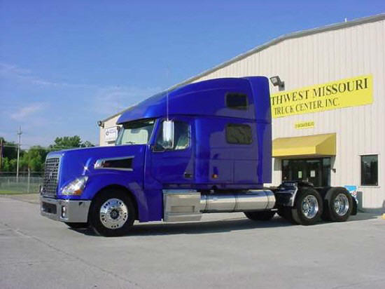 Front left blue 2006 Volvo VT64T880 truck picture.