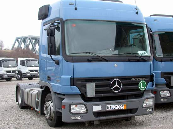 Front View 2005 Mercedes-Benz Truck Picture